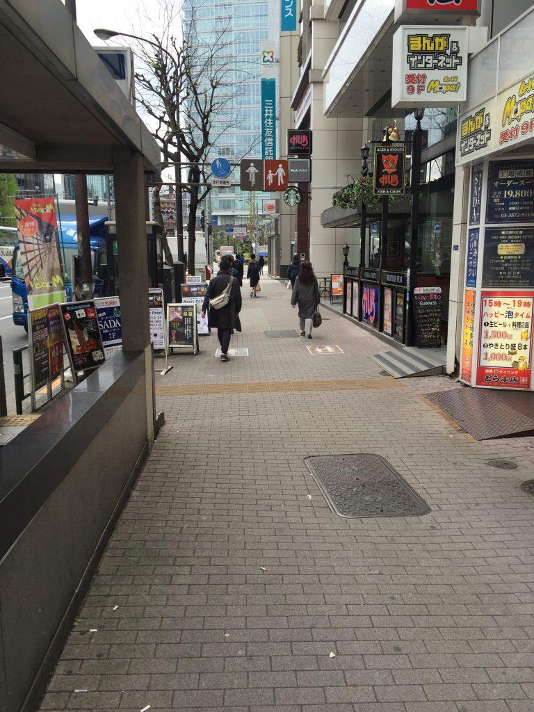 新橋駅付近の歩道